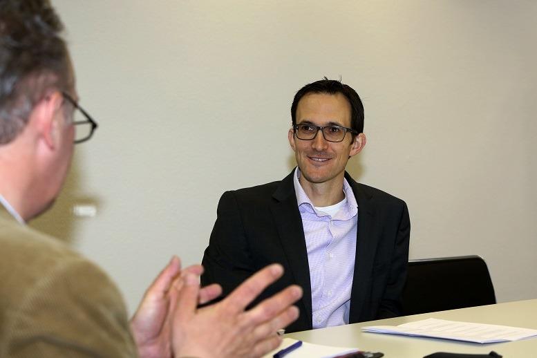 PD Dr. med. Georg Isbary (rechts) im Gespräch mit arzt & karriere Chefredakteur Nicolai Haase (links)