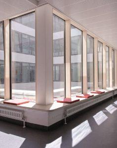 Tageslichtdurchflutete Stationsgänge der Kinderklinik Augsburg